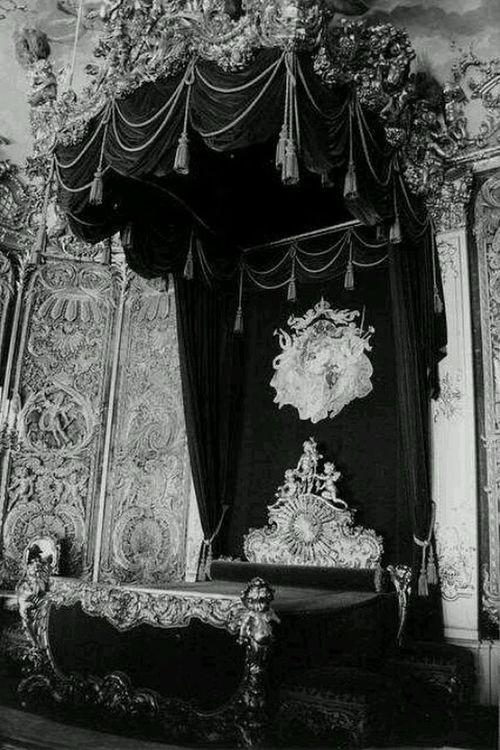Black-white-bedroom